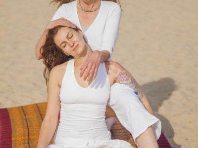 Thaise massage van de nek en schouders met de ellebogen