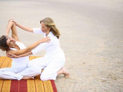 Thaise yogamassage strekking die geleerd wordt tijdens de opleiding tot Thaise massagetherapeut.